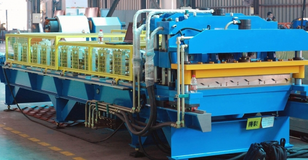 China Roof Tile Roll Forming Machine